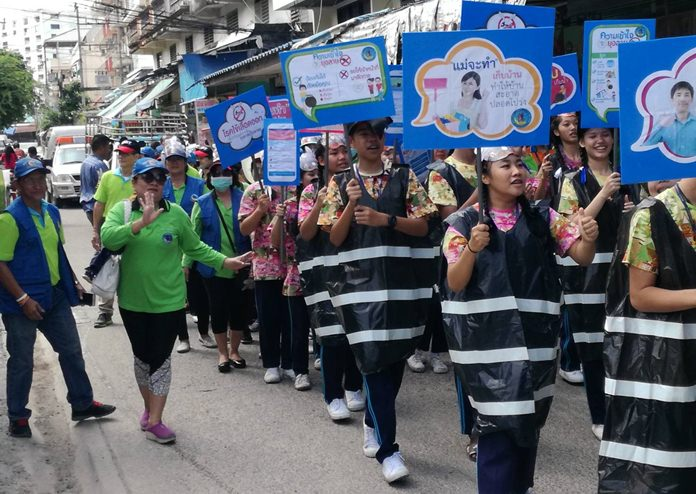 """Volunteers and residents marched down Central Road, along Soi Buakhao and through its sidestreets to raise the alert about dengue fever in Pattaya, which has been declared a """"red zone"""" for the disease."""