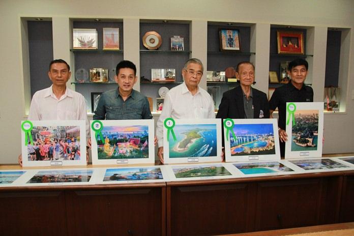 (L to R) Professor Songkram Phowilai, Wanchai Suebsaman, Sawat Pathinpanprasert, Professor Saman Chetrakarn, and Pisit Senanansakul, the honorary judges pose with the winning photos.