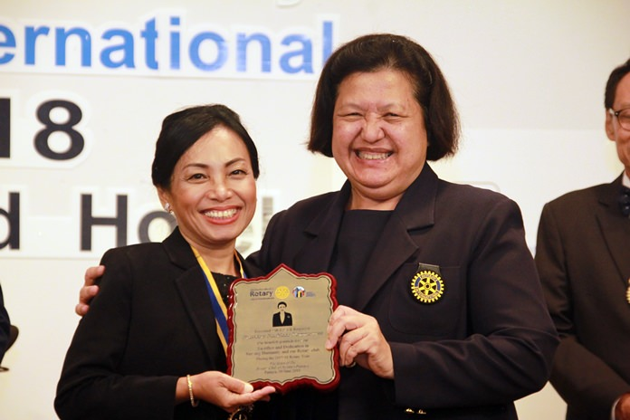 Past President Alvi Sinthuvanik presents a plaque of appreciation to President Nachlada Nammontree of the Rotary Club of Jomtien-Pattaya in recognition of her undaunted service to her club during the 2017-18 Rotary year.