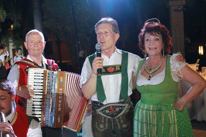 Karl Mark (centre), leader of the Tiroler Burgermeisterkapelle, congratulates Elfi for a job well done.