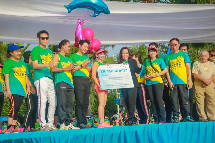 Saichol Pamchumjit, Health Insurance Manager at the Bangkok Hospital, Pattaya donated 15,000 baht to support the walk-run as well as organizing stand-by ambulances for safety during the event.