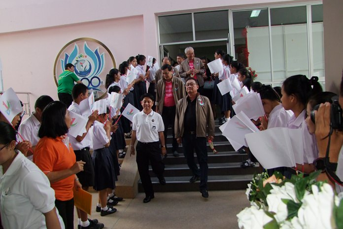 Students welcome judges from the To Be No. 1 foundation upon their arrival in Chonburi to inspect local projects gearing for the annual competitions.