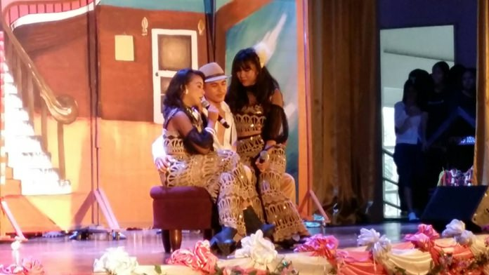 Banglamung School Mattayom 6 students put on stage performances to celebrate Sunthorn Phu Day.