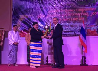 Thailand's Vice Minister for Commerce Dr. Sakon Varanyuwatana (right) and Dr. Lei Maw (left), Chief Minister of Myanmar's Taninthargyi Region, agreed to boost border trade and relations between the two countries.