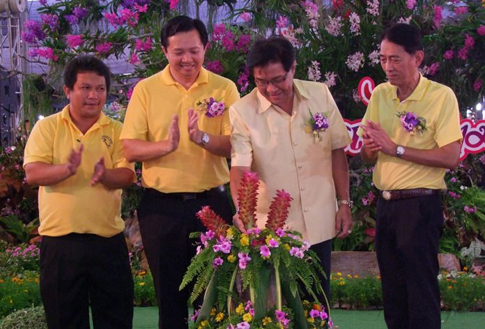 """Deputy Gov. Chaichan Iamcharoen (2nd right) opens the """"panmai-gnam aramchon"""", or """"fancy plants"""" event to showcase Chonburi's unique plants and trees."""