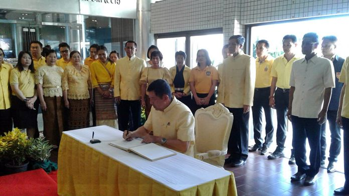 Mayor Anan Charoenchasri led civil servants and city administrators in being the first to sign their names in a commemorative book to wish HM the King a happy birthday.