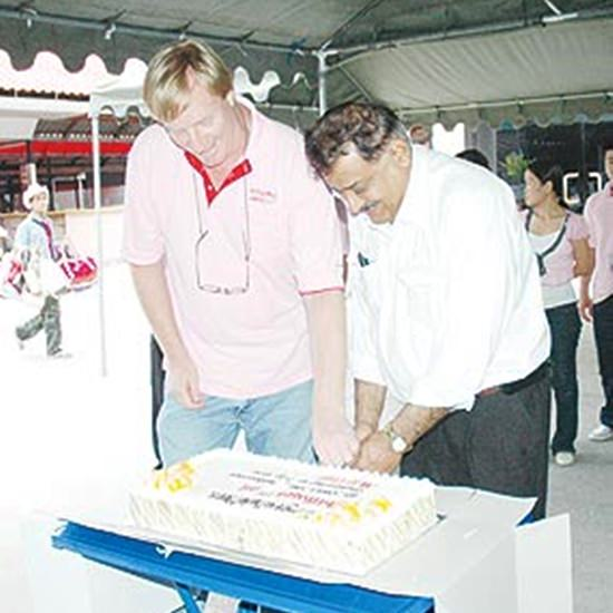 Dan and Peter cut the cake at Pattaya Mail's 15th anniversary.
