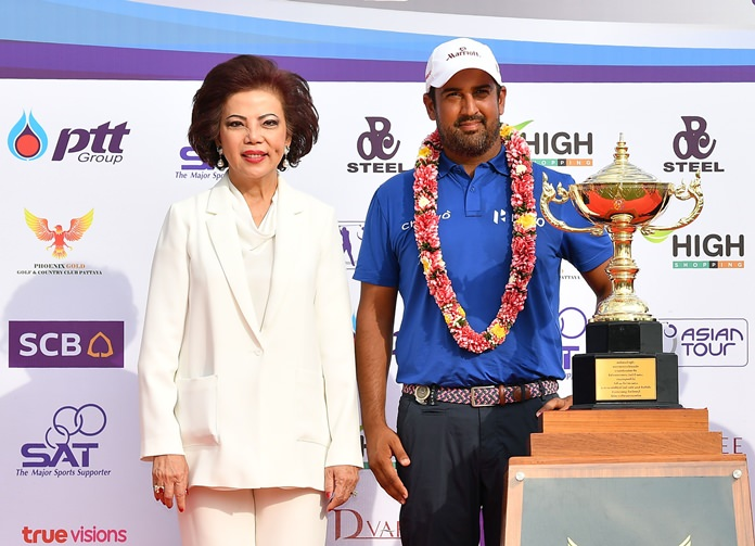 Chanya Swangchitr, President of Phoenix Gold Golf and Country Club (left) stands alongside 2017 Royal Cup winner Shiv Kapur of India.