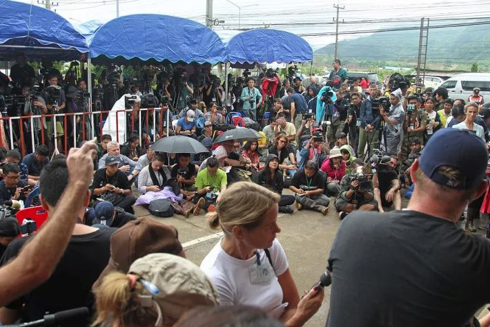 International media have begun minute-by-minute reporting of the operation to save 13 people from Tham Luang Cave in Chiang Rai.