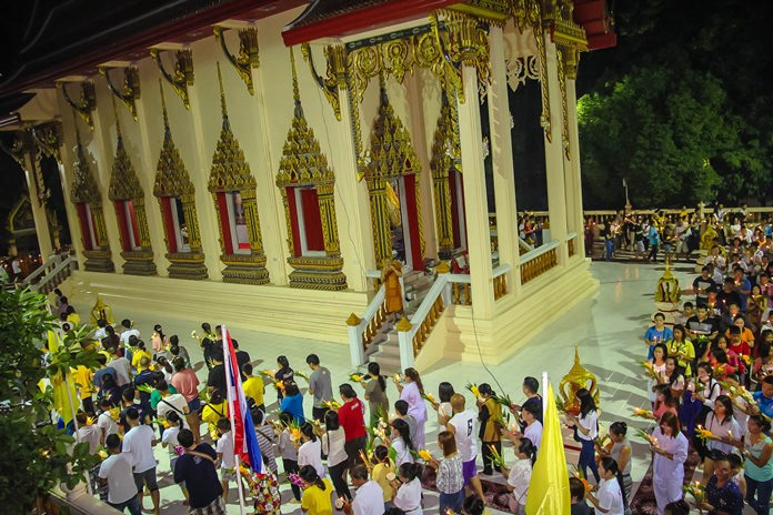 Phra Khru Pisanjariyakorn Lekathammo, Abbot of Wat Thamsamakee in South Pattaya, leads the candlelight wien tien ceremony.