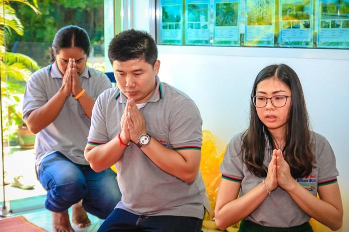 Amnart Kangkamchat and Nutsara Duangsri pray during the ceremonies.