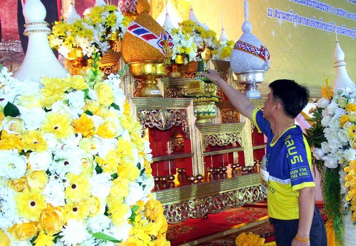 Chonburi Governor Pakarathorn Thienchai pays respects to an image of HM King Maha Vajiralongkorn Bodindradebayavarangkun prior to the start of the walk-run.