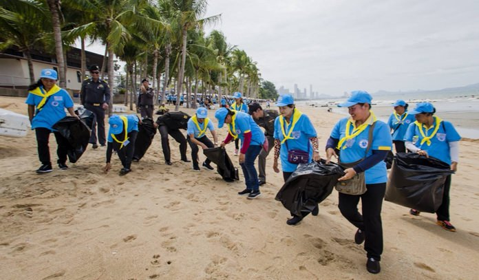 In Jomtien Beach, beach chair vendors, masseuses and Jomtien enforcement officers led by Pattaya legal chief Sretapol Boonsawat cleaned Dongtan Beach.