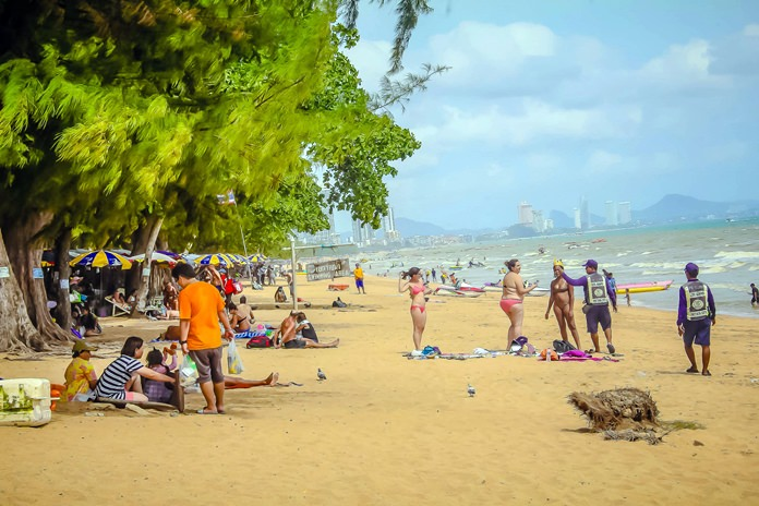 Officials warn a pair tourists who were found smoking on the beach that they could be fined if they don't move to the designated smoking areas when they light up.