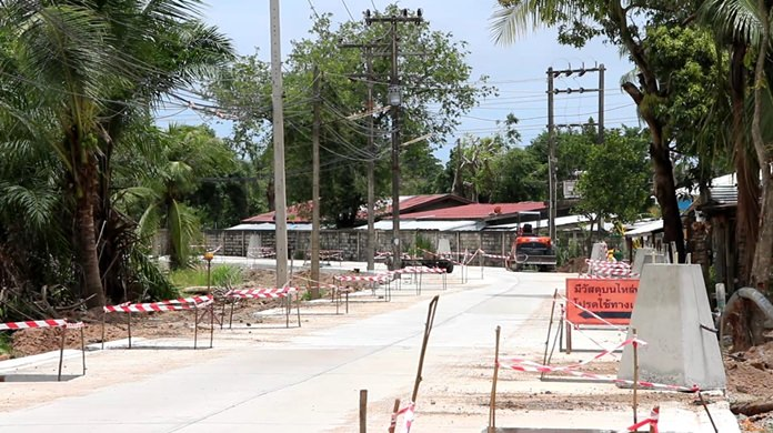 Banglamung officials vowed to fine the contractor rebuilding Takhiantia-Wat Sangkapiew Road if it missed its second deadline.