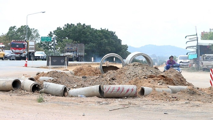 Banglamung has ordered contractors widening Highway 36 in Kratinglai to put up signs, reflective tape and traffic cones to prevent cars from driving off the road.