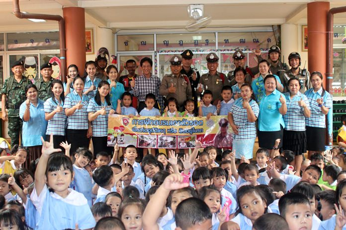 Pattaya police taught young children how to free themselves from a locked car during a demonstration for kindergarteners at Pattaya School No. 9.