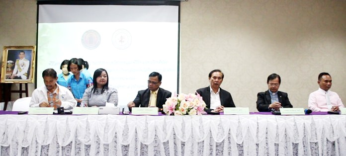 Vice Principal Pakapan Weerasing and college Director Udomchok Churat, along with top city and Father Ray Foundation officials, sign an agreement for Redemptorist Technology College to teach a trio of computer courses at Pattaya School No. 7.