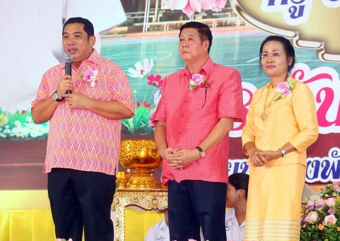 Mayor Sonthaya Kunplome (left) presided over the farewell ceremony for Principal Jirasak Jitsom and senior teacher Pattama Intawong.