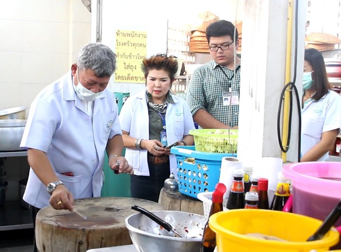 Consumer protection chief Buppa Songsakulchai and her team spread out across the Alms Cafeteria at the Sawang Boriboon Thammasathan Foundation to inspect the kitchen and food stands at the Vegetarian Festival to reassure diners that the food was clean, safe and healthy.
