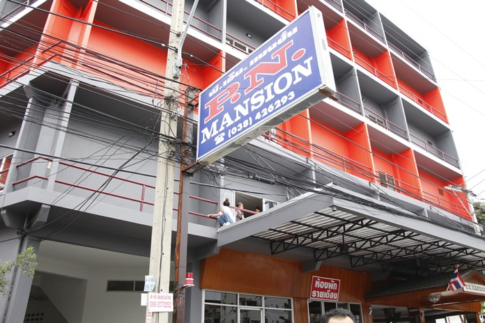 A drunk Pattaya woman upset over being insulted by her foreign boyfriend tried to commit suicide by jumping from a second-story hotel room.