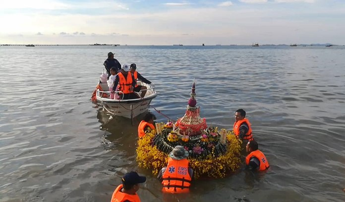 The Sawang Boriboon Thammasathan Foundation hosted an early Loy Krathong ceremony to honor ancestors.