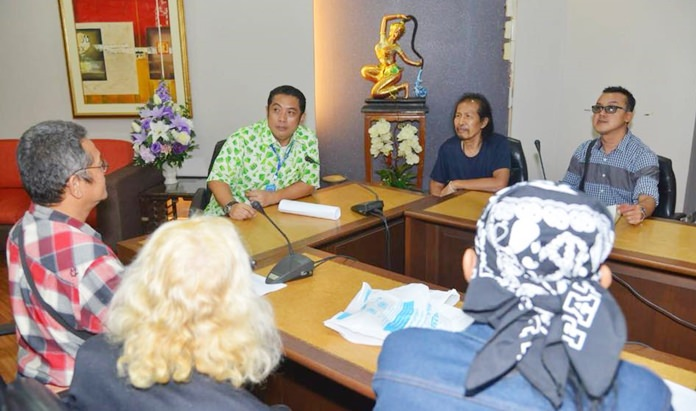 Pattaya Music Association President Banjong Banthoonprayuk meets with Mayor Sonthaya Kunplome, asking that he negotiate on the group's behalf with the Provincial Commercial Office and copyright owners to resolve their long-running dispute.