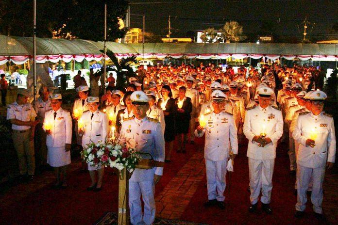 Banglamung District Chief Naris Niramaiwong presided over the candlelight ceremony to commemorate King Chulalongkorn.