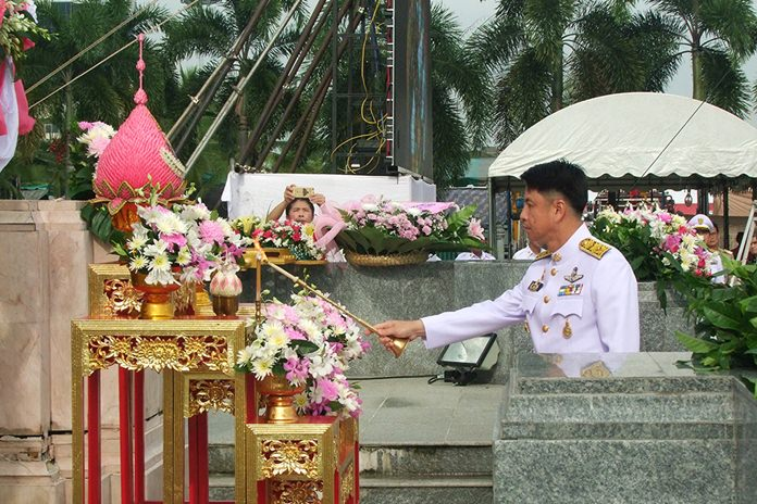 Chonburi Gov. Pakarathorn Thienchai leads military and police officers, civil servants and residents in offering flower garlands to King Chulalongkorn in front of Chonburi City Hall.
