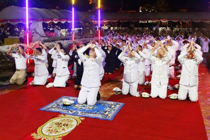 Banglamung District Chief Naris Niramaiwong, police officers, civil servants and residents pay homage to King Rama V.
