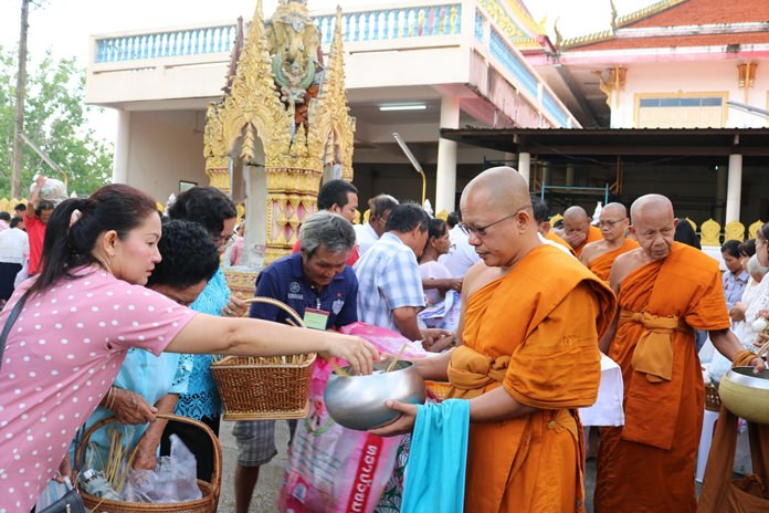 Many people presented alms of rice, dried foods, and Khao Tom Hang at Wat Suttawas.