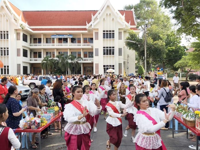 Students from Pattaya City Schools perform Thai dance at Wat Chaimongkol Royal Temple.