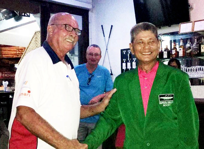 John Anderson (left) presents the Green Jacket to Pete Pang.