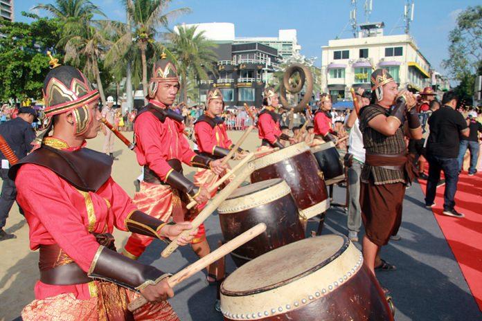 War drums announce King Taksin's arrival on Pattaya Beach.