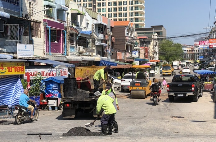 Pattaya workers patch broken roads inside Rungland Village to help people enjoy more convenient and safe commuting.