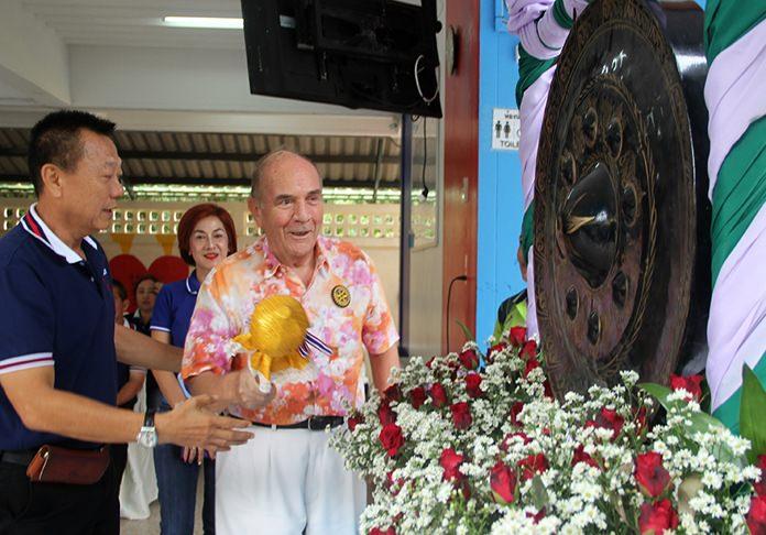 Former Pattaya Mayor Niran Wattanasartsathorn and Dr Otmar Deter open the day's competition.