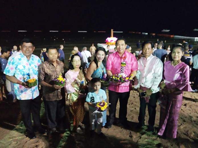 Mayor Sonthaya Kunplome and his family and friends pose for a commemorative photo before floating their krathongs.