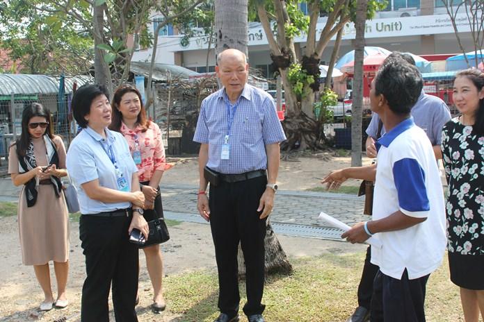 Deputy Mayor Banlue Kullavanijaya and city social welfare and enforcement officers met Nov. 15 with Santi Klongnoi, president of the Lan Po Community and other neighborhood leaders regarding Naklua's Loy Krathon festival.