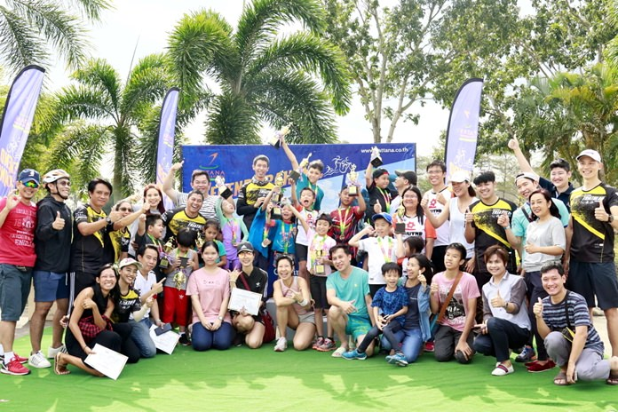 Young sports stars and their coaches pose for a group photo at the Pattana Golf Club & Resort's latest triathlon training weekend.