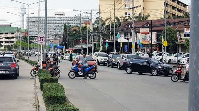 Motorbikes making illegal U-turns in Jomtien Beach are causing traffic headaches and accidents, residents complained.