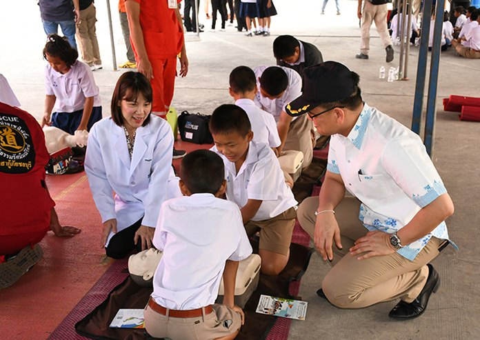 Students from Wat Don Hua Lau School learned how to aid car-accident victims as part of National Accident Prevention Day.