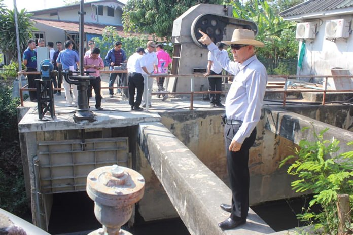 Pattaya deputy mayors Pattana Boonsawat and Banlue Kullavanijaya and city engineers survey the area along Sukhumvit opposite Nongyai Temple and Nongyai pump station.