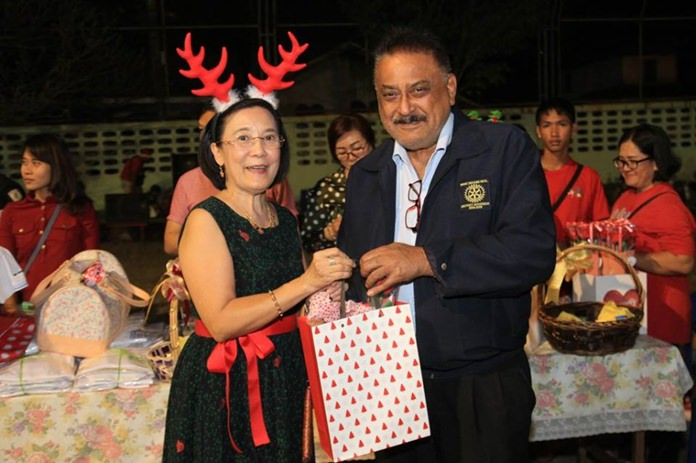 Radchada Chomjinda, director of the Human Help Network Thailand, and Peter Malhotra, MD of Pattaya Mail, exchange gifts.