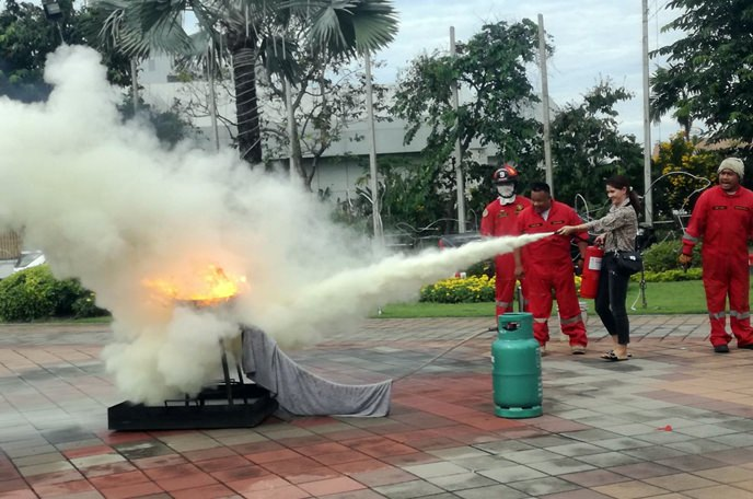 Naklua Eat & Walk market Vendors were shown how to use fire extinguishers, perform basic first aid and CPR, and how to respond in cases of emergency.