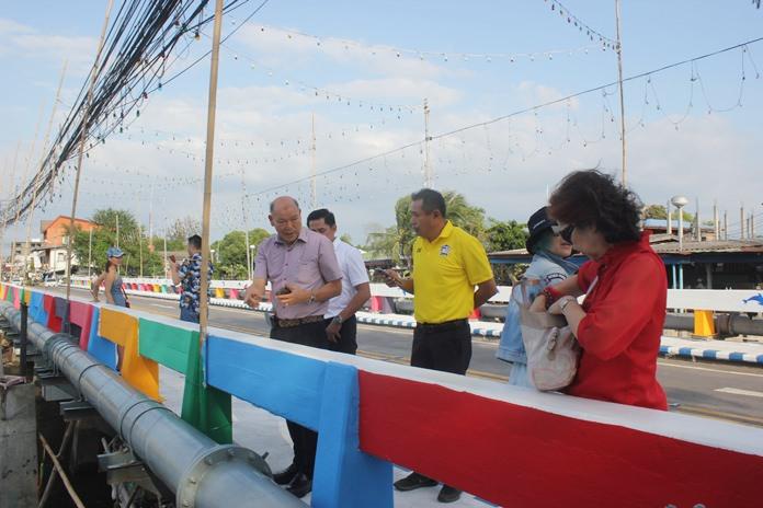 Deputy Mayor Banlue Kullavanijaya and deputies toured the refurbished Naklua long bridge, which now sports vibrant colors and new traffic lanes.