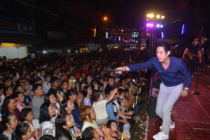 Pop star Tu Pobthon Suntornyanakit performs at the opening.