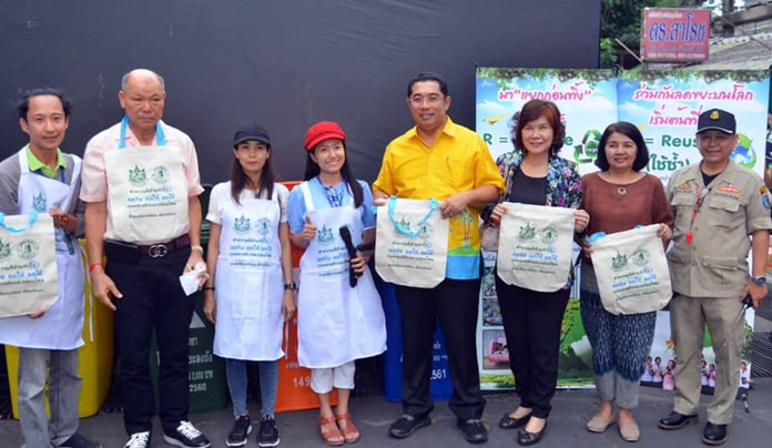 Sonthaya Kunplome and Samart Thiengpoonwong joined city and tourism officials with a call to abstain from giving out or accepting plastic bags and foam containers, as well as separate trash for disposal and recycling.