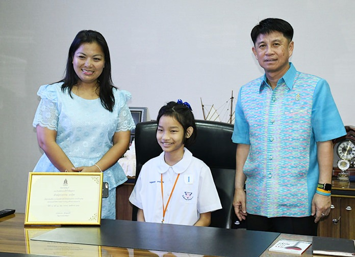 Chonburi Governor Pakarathorn Thienchai opened his office for children to sit in his governor's chair.