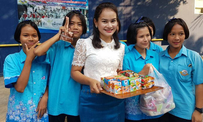 Students and their teacher at Nernplabwan School prepare to hand out snacks. The event also featured children's performances, games, and lucky draws for fun prizes.