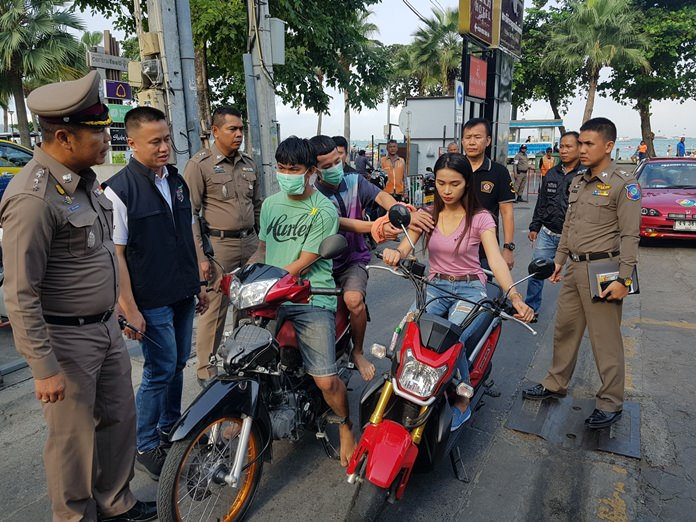 Naris Khunnean and Jaroonwittaya Sawadkit have been arrested for snatching a gold chain off Wipaporn Sonsomnuk on Thepprasit Road.